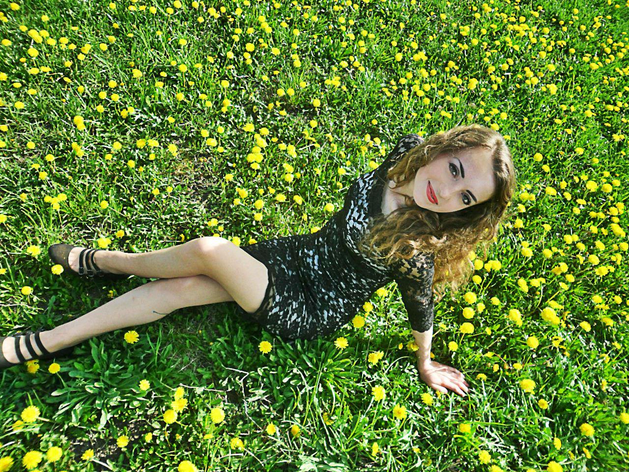Красотка в  сетчастом платье на газоне