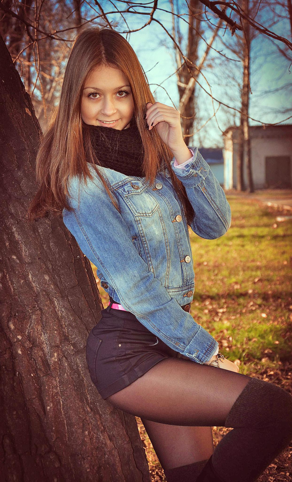 Юная милашка в джинсовой куртке