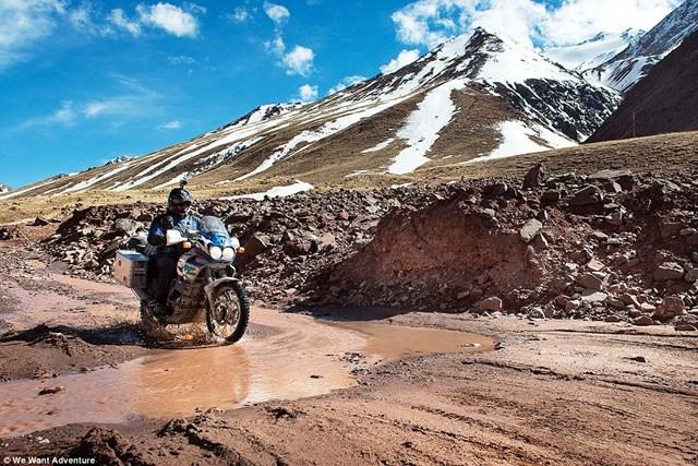 Парень и девушка объехали на мотоцикле 16 стран (фотографии)