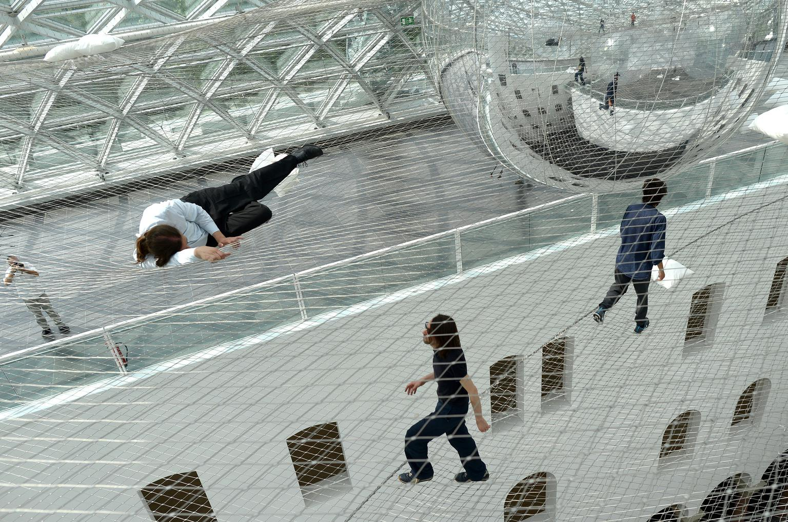 """Подвесная инсталляция """"На орбите"""" Томаса Сарацино (Tomas Saraceno)"""