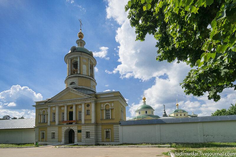 Святые врата с надвратной церковью святителя Дмитрия Ростовского Свято-Екатерининского монастыря