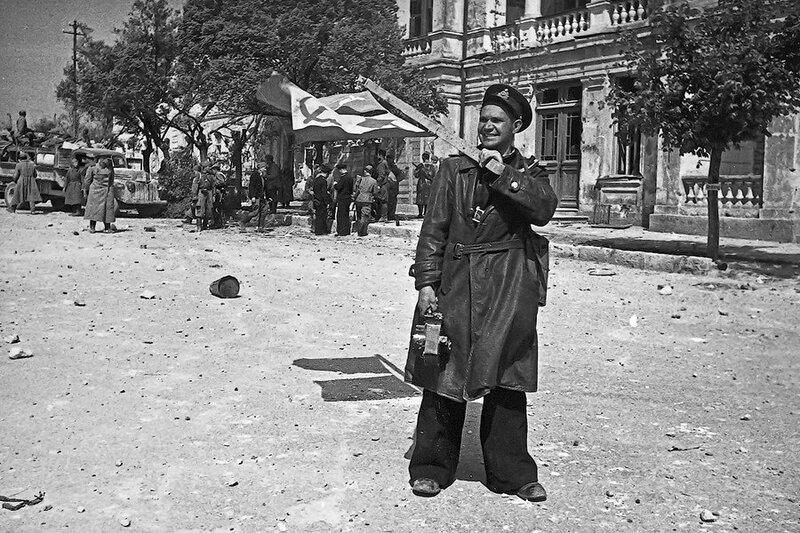 1944 май Евгений Халдей в Севастополе.jpg