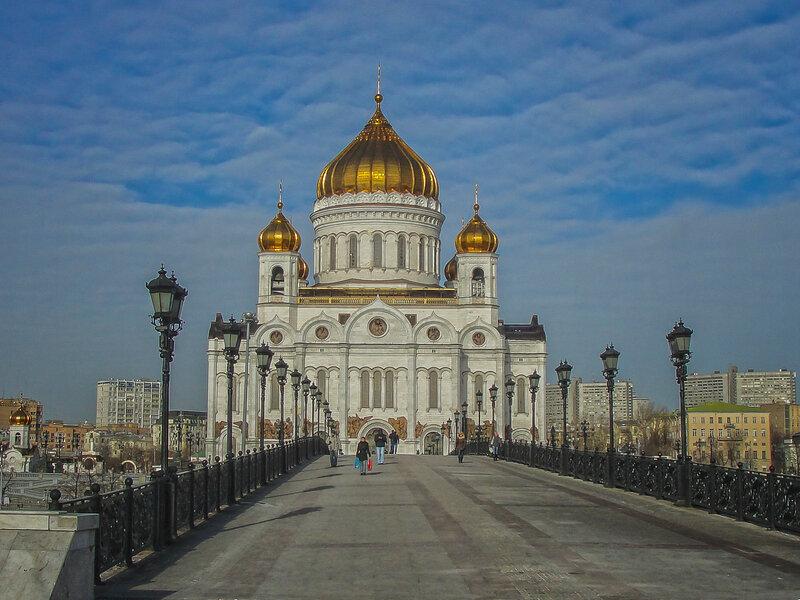 Вид на Храм Христа Спасителя со стороны Патриаршего моста.jpg