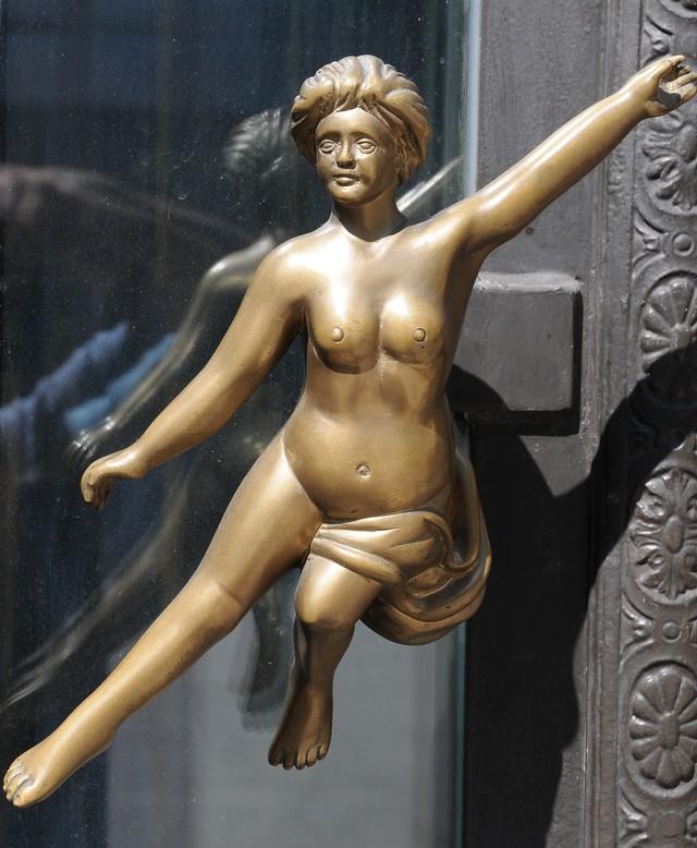 17. Женщина Ручка в виде обнаженной танцующей женщины.