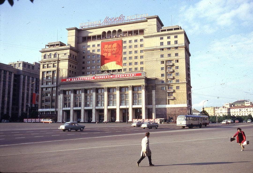 5. По пути на работу или съезд советские работники уталяли жажду обычным квасом.