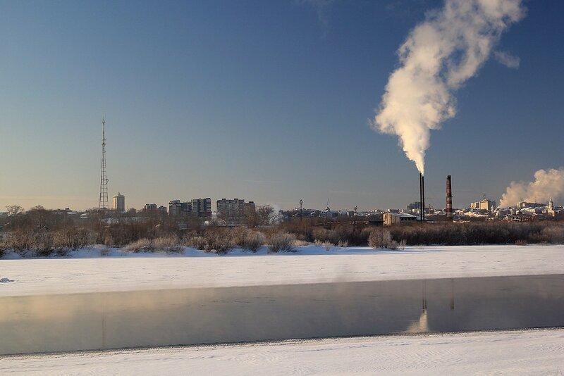 Вид на зимний город Киров с противоположного берега Вятки из Заречного парка