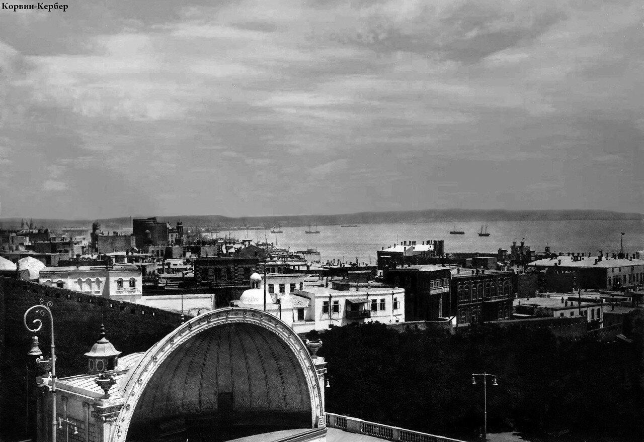 Вид на Летнее здание филармонии и море