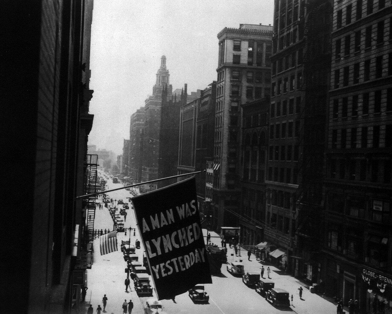 1938. 5 Авеню, Нью-Йорк. «Вчера был линчеван мужчина»