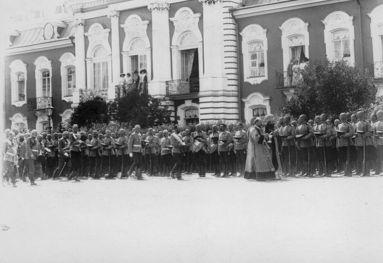 20. Митрополит Владимир, император Николай II и лица высшего офицерского состава обходят полк во время молебна. Петергоф. 29 июня 1913