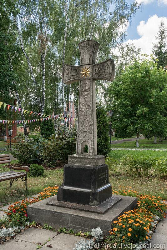 Крест, установленный в память о всех, почивших насельницах обители.