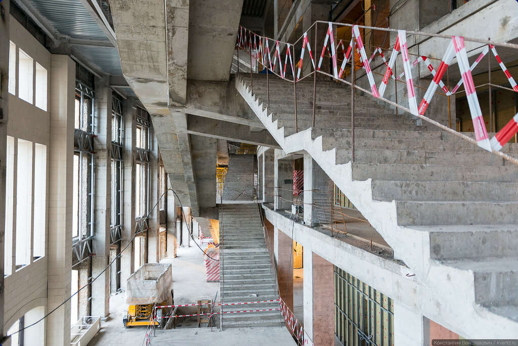 Внутри настоящий лабиринт из лестниц