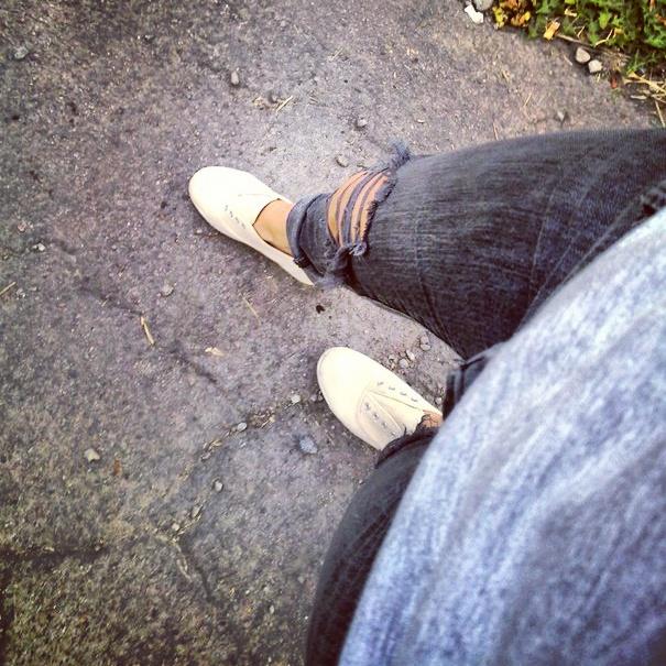 обувь ноги кеды кроссы бег джинсы порванные