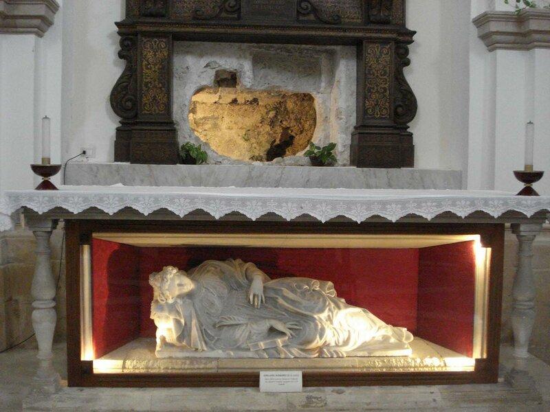 Дыра в стене (церковь Санта-Лючия-фуори-ле-Мура в Сиракузах — пролом, через который Георгий Маниак похитил тело святой Люции.