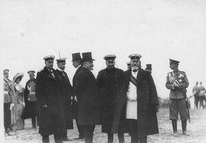 Французский президент Раймон Пуанкаре, председатель Совета министов В.Н.Коковцов ,  министр иностранных дел С.Д.Сазонов и сопровождающие их лица во время парада войск Красносельского гарнизона.