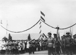 Солдаты 85-го Выборгского императора Вильгельма II полка проходят маршем на параде войск.