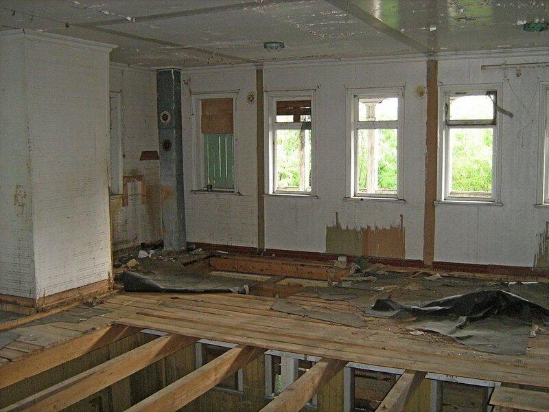 Разобранный пол на втором этаже заброшенного дебаркадера