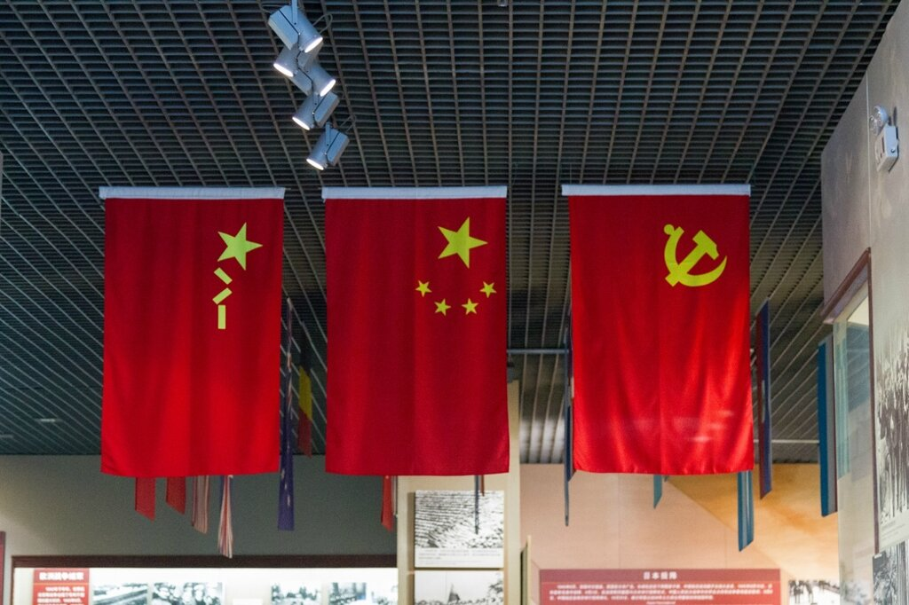 Флаги КНР: НОАК (Национально-освободительная армия Китая), КНР и Коммунистической партии Китая
