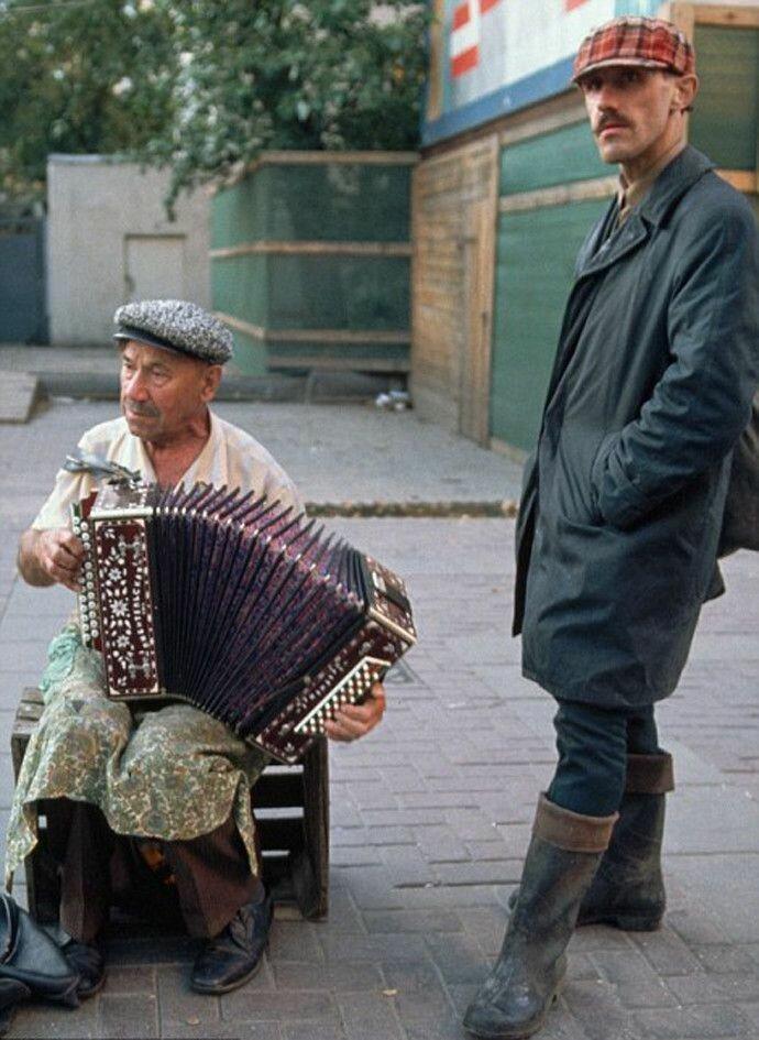 1991. Москва. Арбат. Человек, играющий на аккордеоне