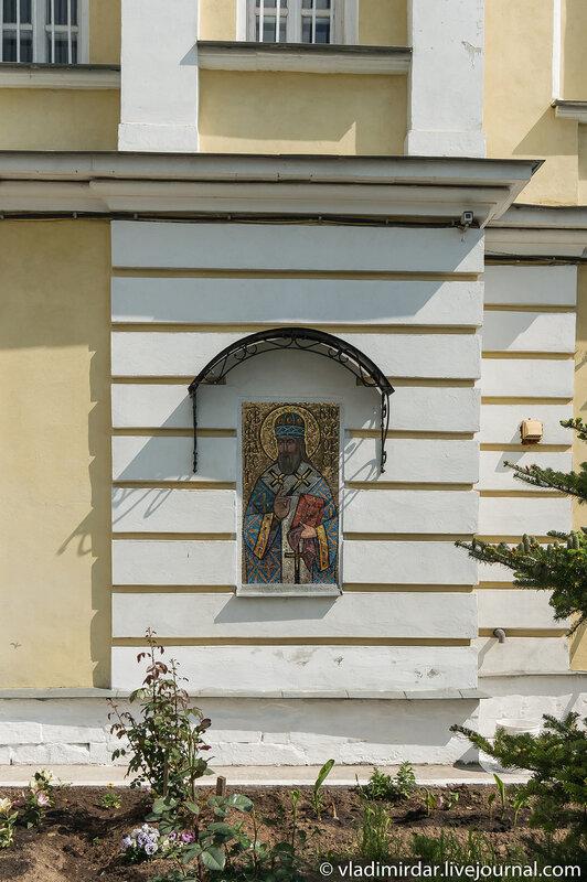 Мозаичная икона святителя Филарета Московского на фасаде святых врат Свято-Екатерининского монастыря