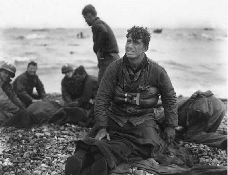 фото Уолтера Роземблюма (армия США). Лейтенант Уолтер Сидловски в момент после высадки на побережье Омаха-бич..jpg