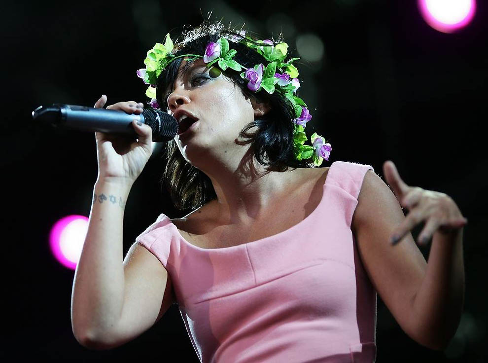 12. Лилли Аллен На правом запястье у британской певицы цепочка тату – символов. У нее также ес