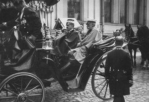 Итальянский король Виктор Эммануил III подъезжает в открытой коляске к зданию итальянского посольства.
