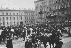 Торжественный поезд с персидским шахом Мозафаром-эд-дином в сопровождении конвойцев проезжает по Исаакиевской площади.