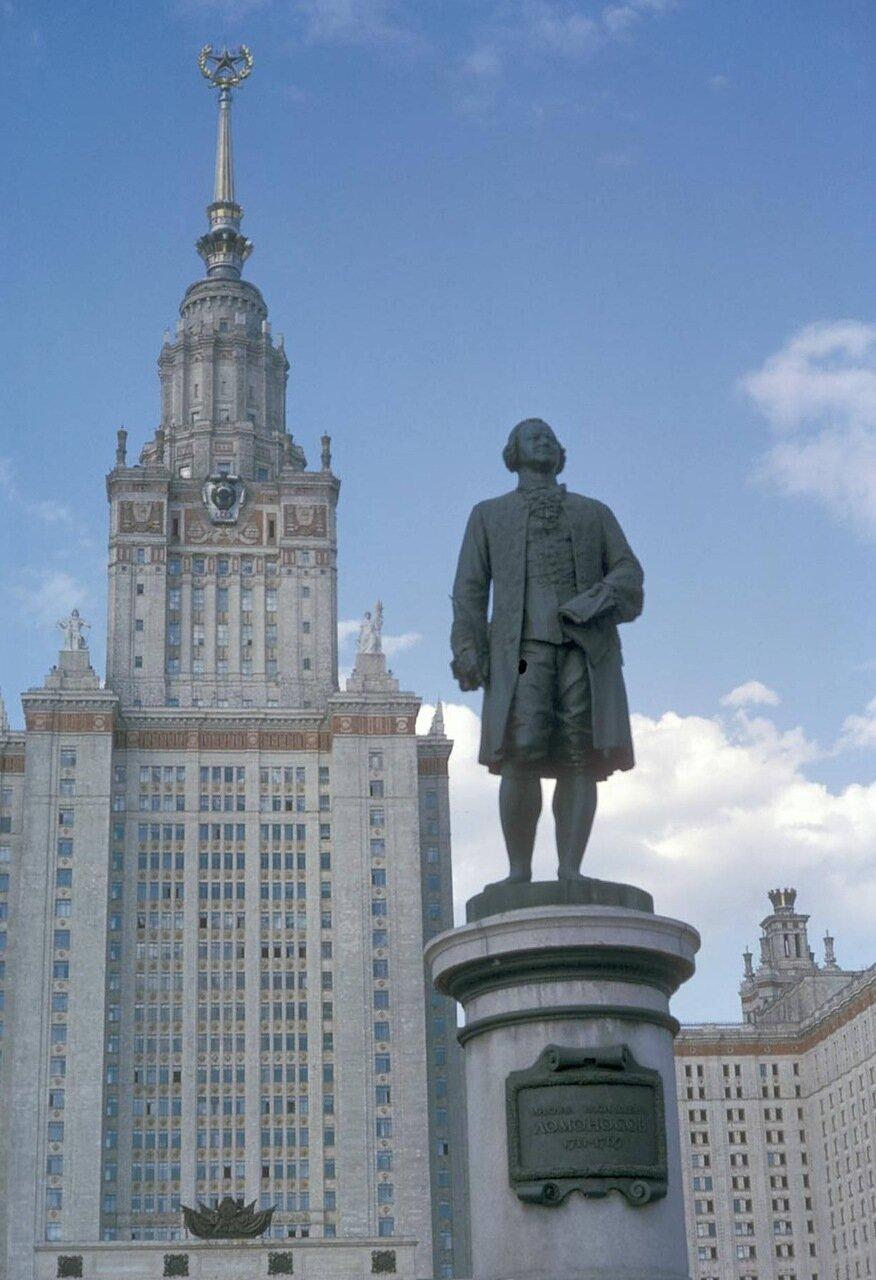 МГУ. Статуя Михаила Ломоносова