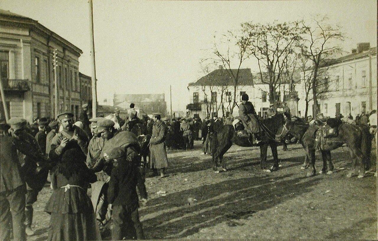 43. Русские солдаты и местные жители на одной из площадей г.Кельце