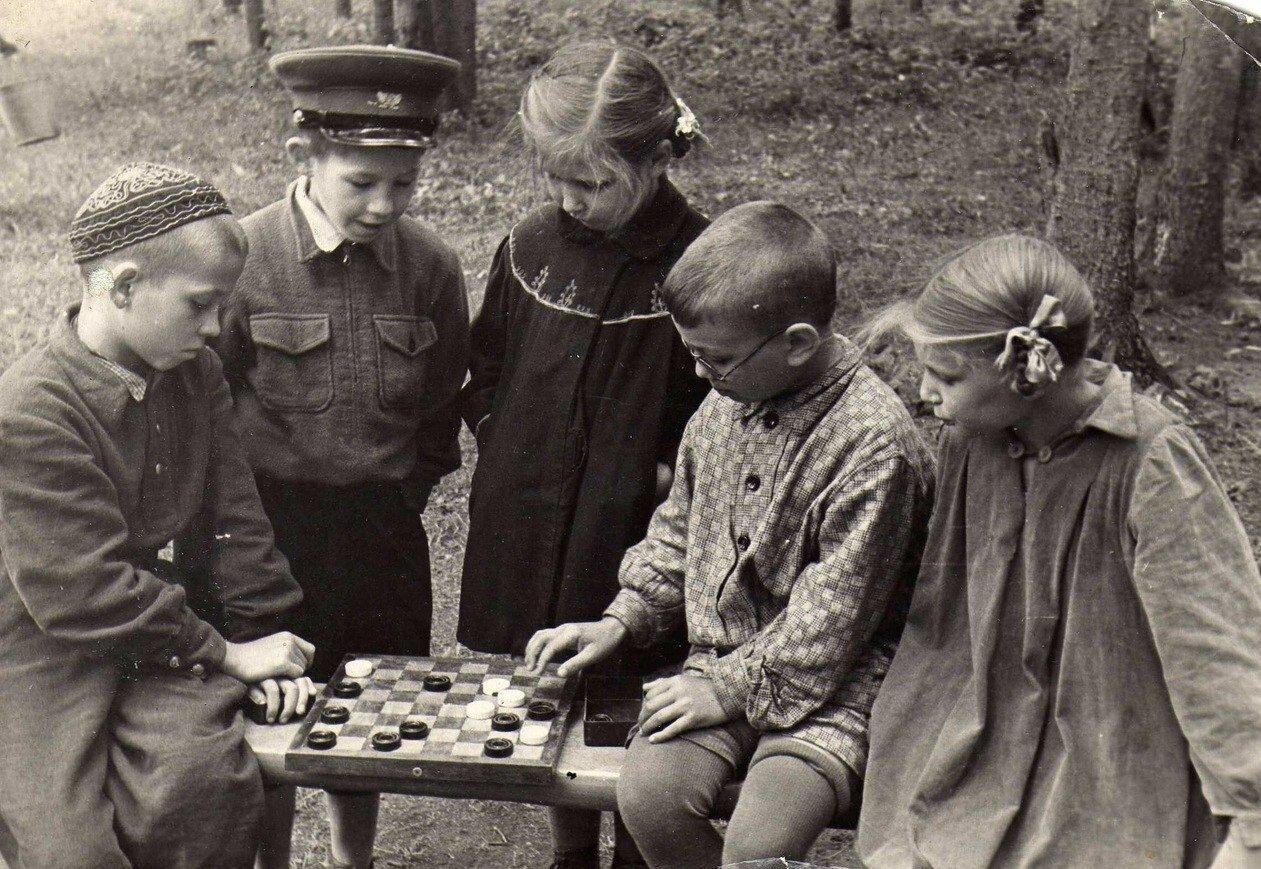 Игра в шашки в пионерском лагере, 1957