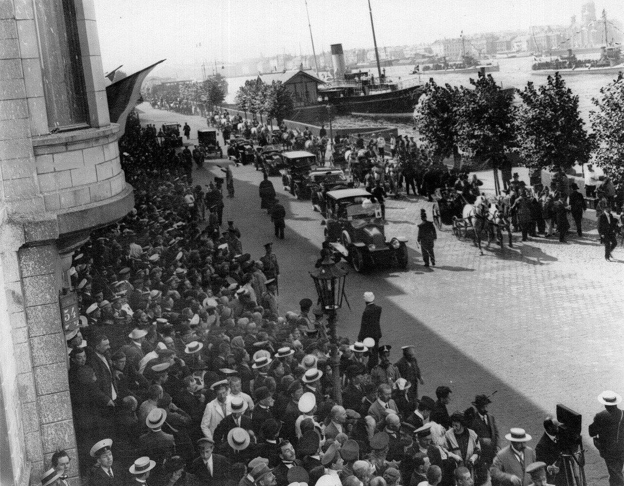 38. Кавалькада карет с прибывшими французскими дипломатами и моряками движется от пристани на Английской набережной к Зимнему дворцу
