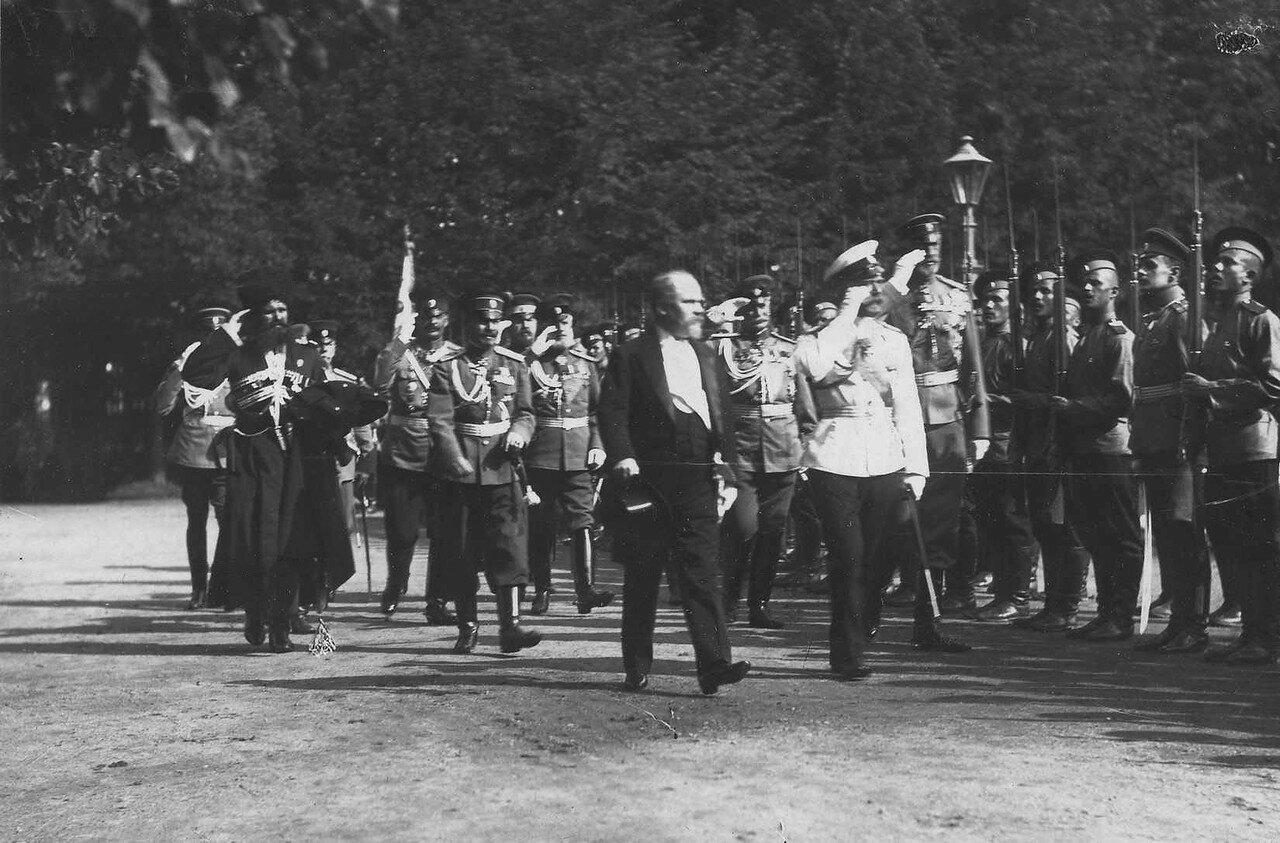 61. Р.Пуанкаре и император Николай II обходят фронт почетного караула у Петергофской воинской пристани