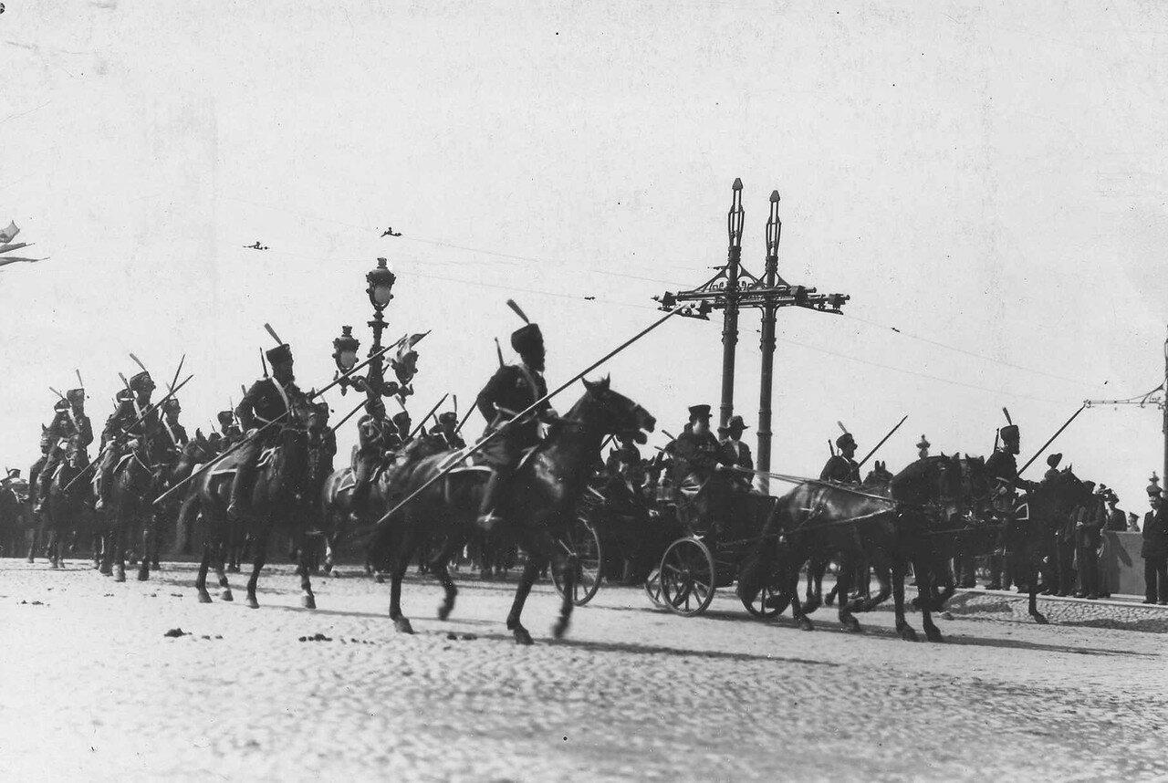 109. Р.Пуанкаре в коляске в сопровождении эскорта лейб-гвардии Атаманского полка проезжает по Троицкому мосту