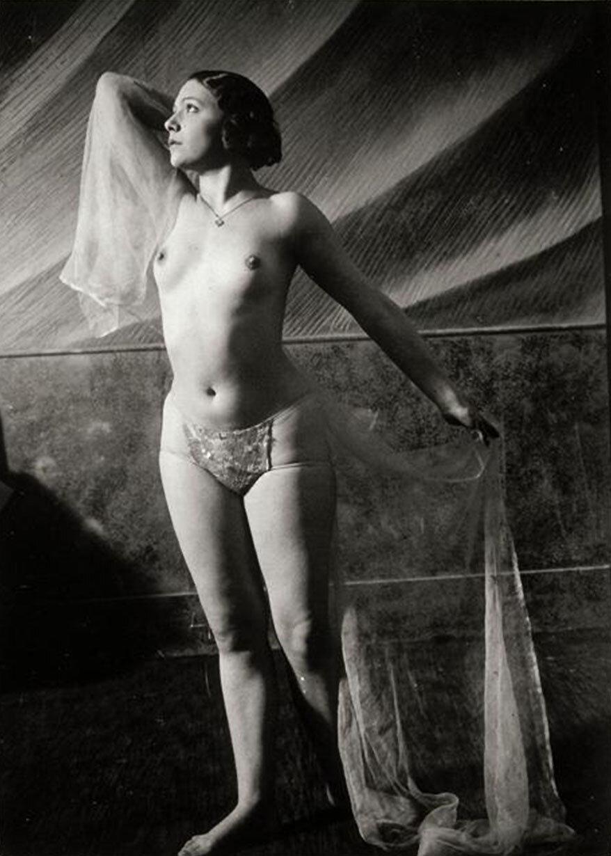 1932. Фоли Буржер. Обнаженная танцовщица