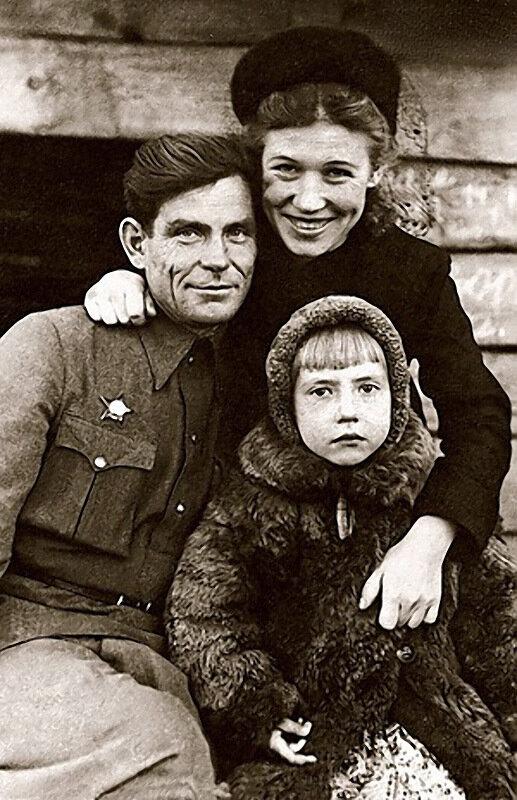 1104 Инна Чурикова с папой Михаилом Кузьмичом и мамой Елизаветой Захаровной.jpg