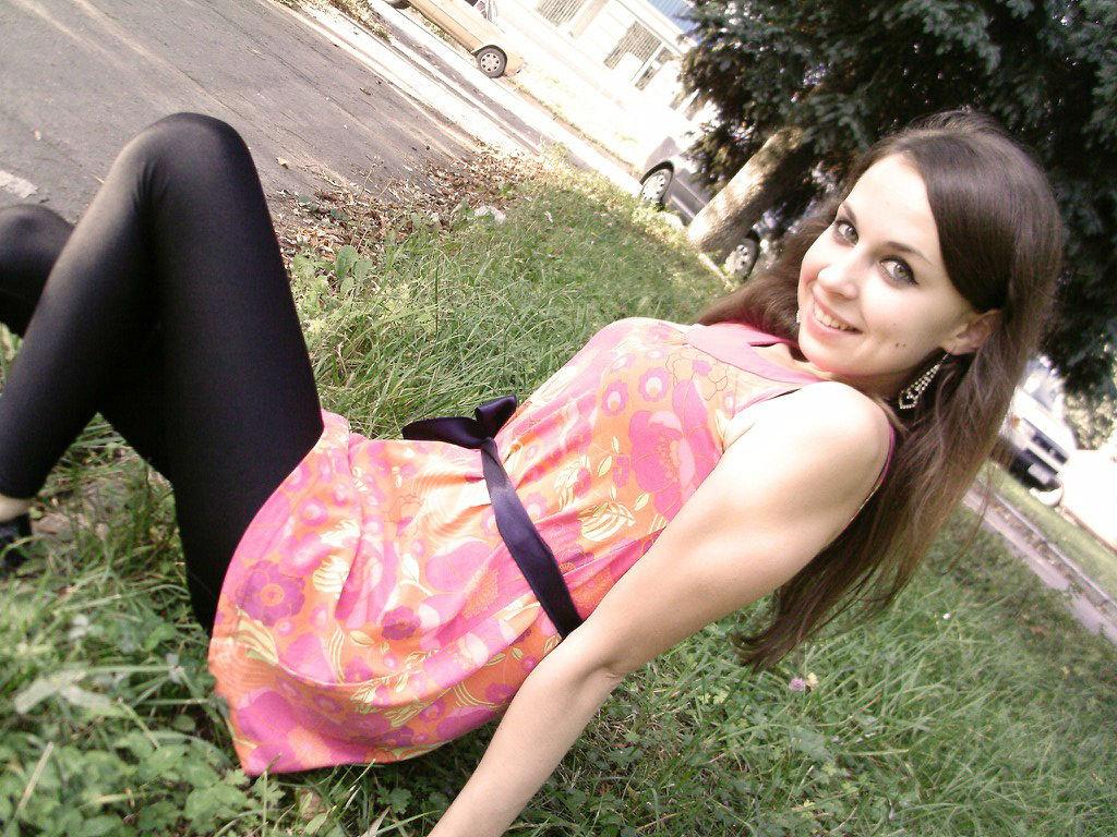 Фото девушки с красивой улыбкой в леггинсах