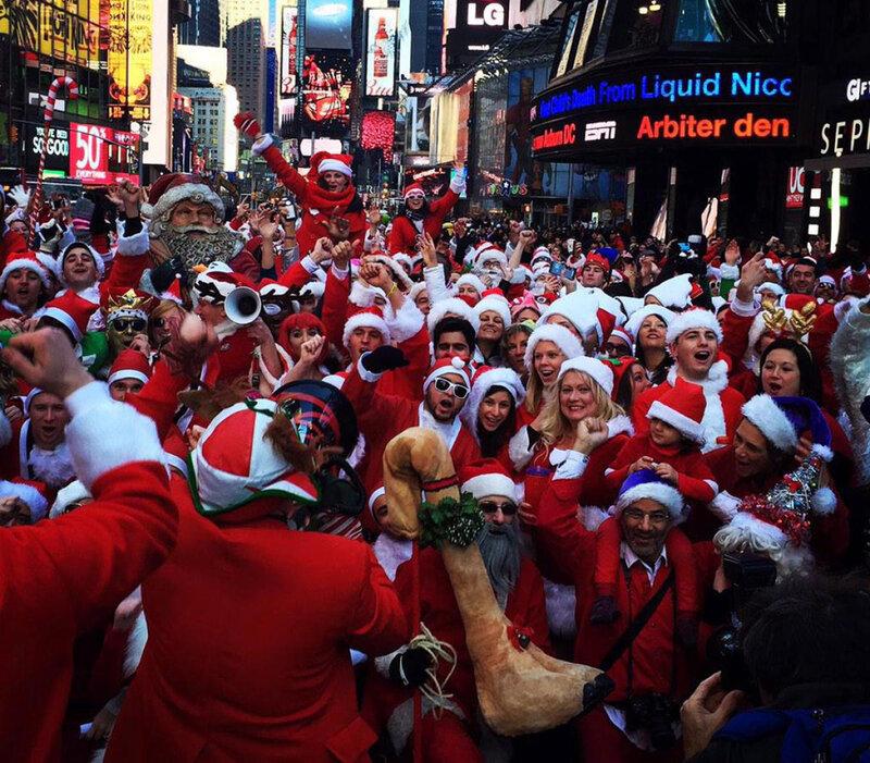 Тысячи Санта Клаусов заполнили улицы и бары Нью Йорка накануне Рождества 2014