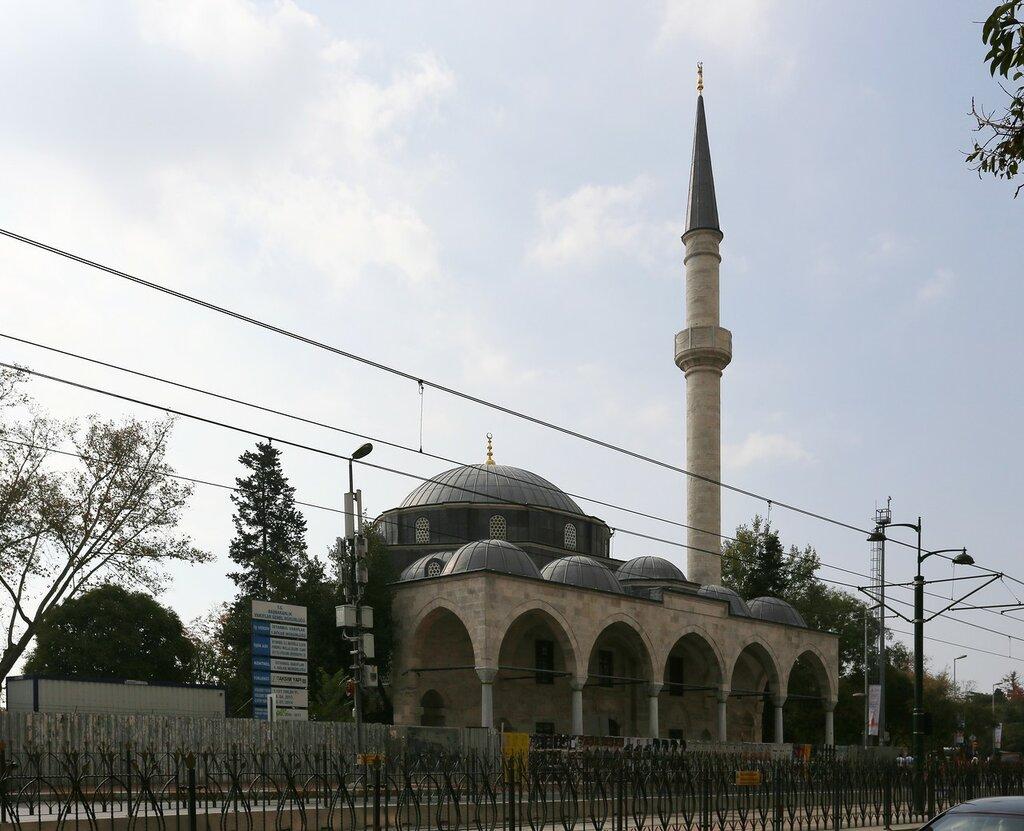Стамбул, Кабаташ.  Мечеть муллы Челеби (Molla Çelebi Camii)