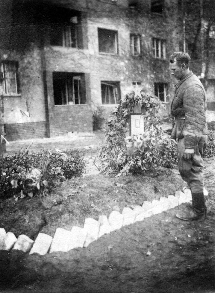 У могилы Григория Козлова 2.jpg