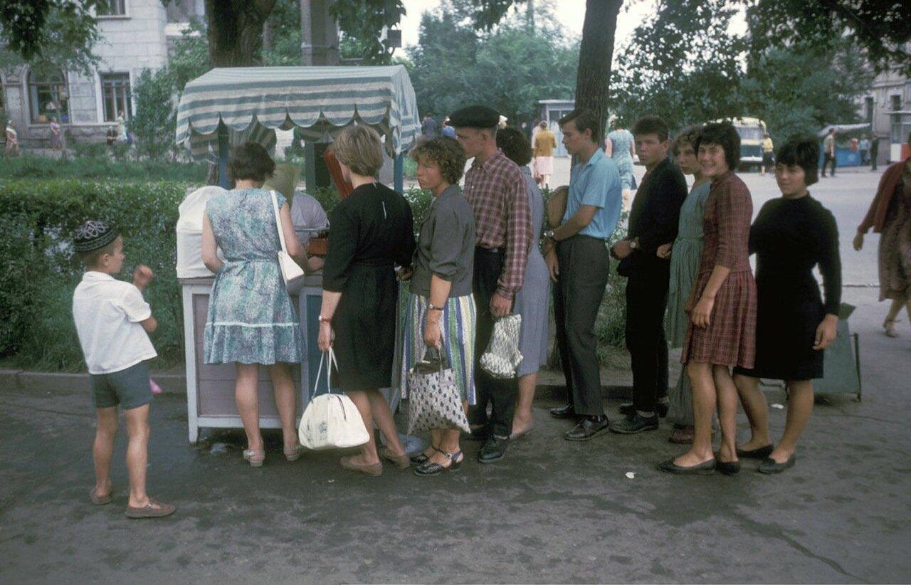Хабаровск. Очередь за мороженым