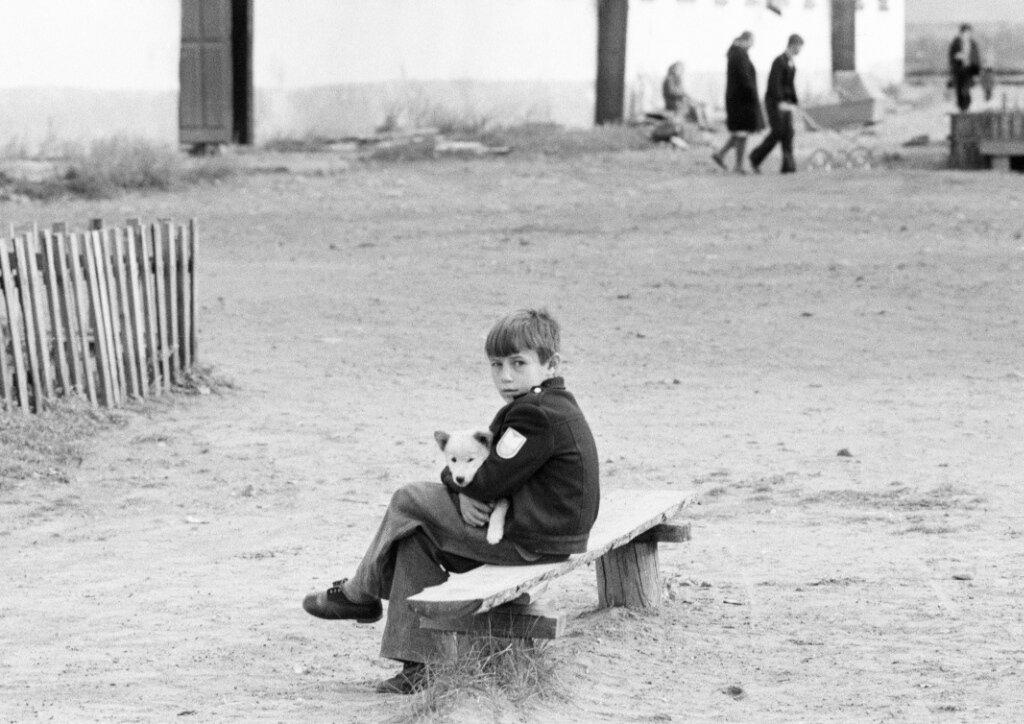 Ребёнок с щенком, Закаменск. 1970-е