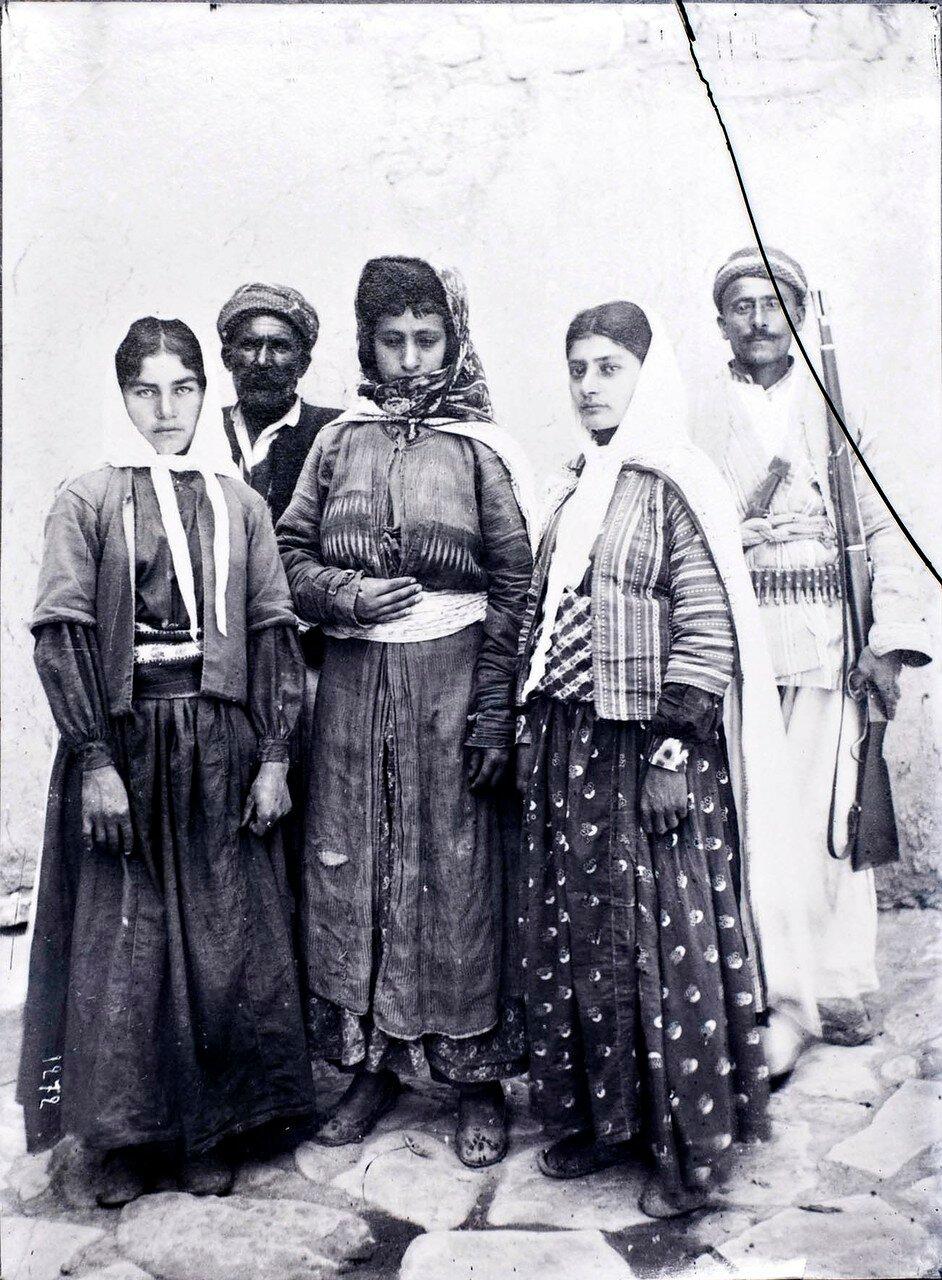 Групповой портрет халдейских мужчин и женщин