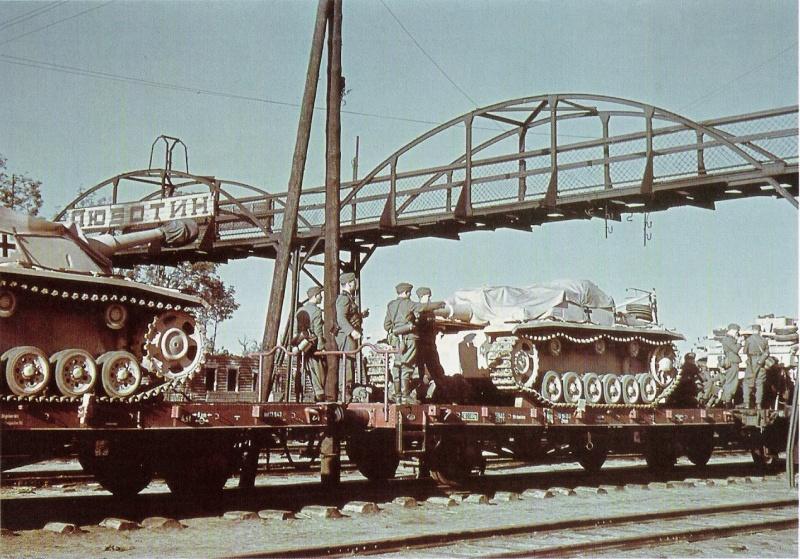 Состав с немецкой бронетехникой на железнодорожной станции Люботин. На платформах 105-мм самоходные штурмовые гаубицы StuH 42..jpg