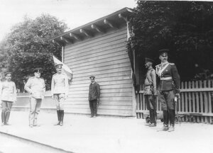 Группа офицеров на перроне в ожидании прибытия императорского поезда.