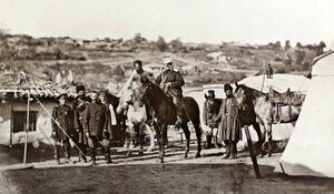 Руски генерал-щабен офицер на кон с адютанта си и група войници и казаци, щаб-квартирата на руската войска в село Горна Студена, 1877 г.