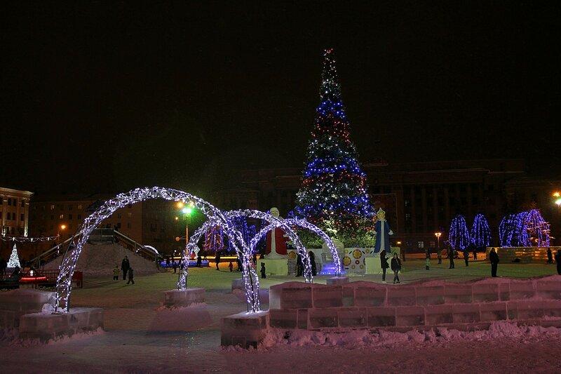 Трёхцветные огни на новогодней ёлке и белые световые арки на Театральной площади в Кирове