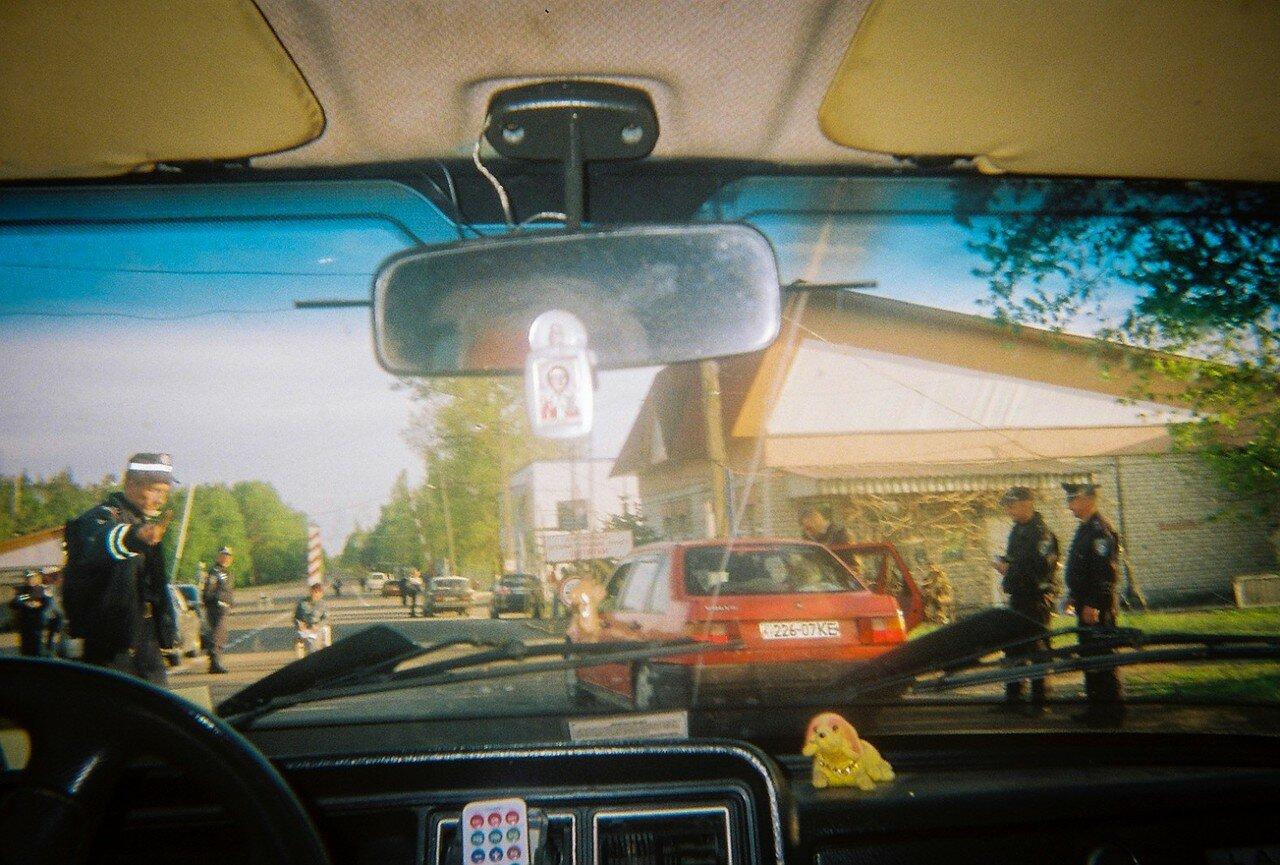 Пограничники останавливают транспорт перед тем как машины въезжают в зону отчуждения на главном контрольно-пропускном пункте в Чернобыльской зоне. Пропускают лишь тех, кто едет посетить кладбище