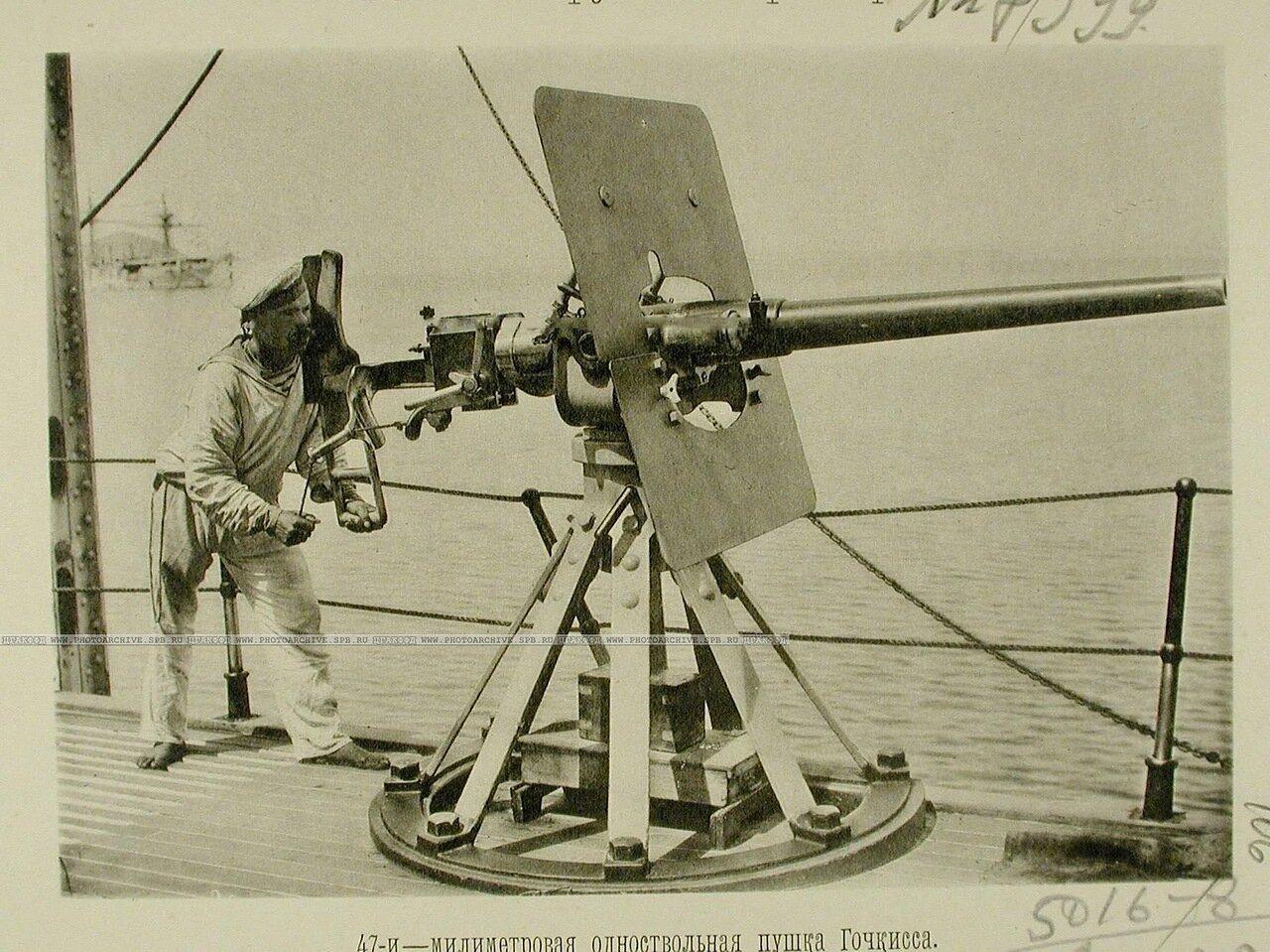 106. Матрос у 47-ми миллиметровой одноствольной пушки Гочкисса, установленной на палубе одного из крейсеров эскадры