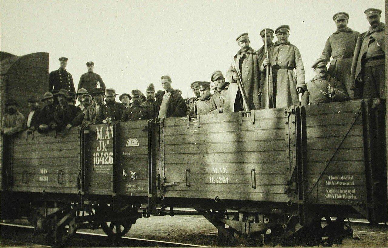 34.Австрийские пленные и русские конвоиры в открытом вагоне перед отправкой в тыл