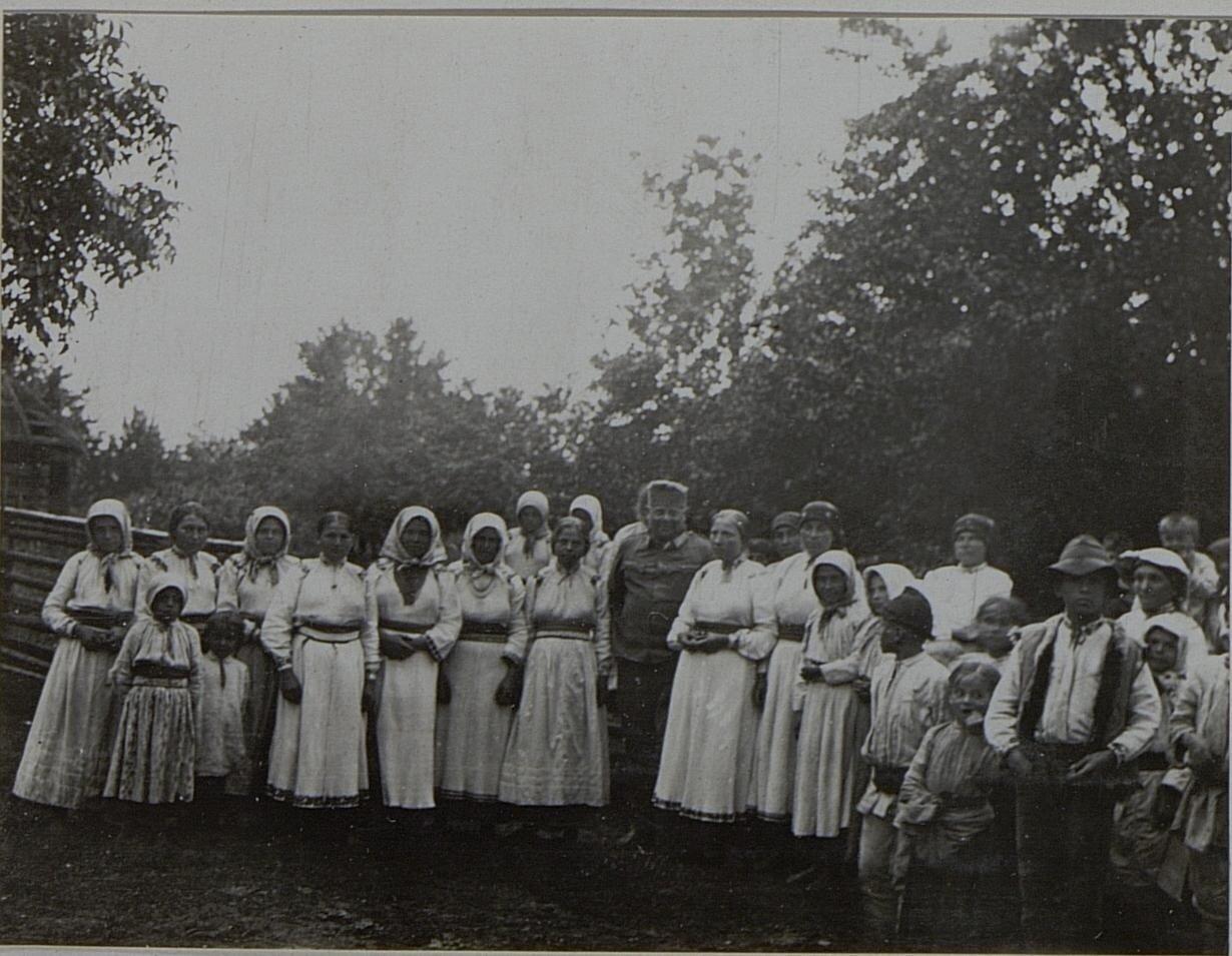 Галиция. Австрийский полковник в кругу крестьянок. Февраль 1916